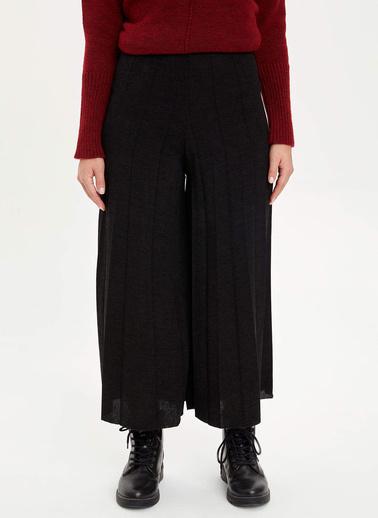 DeFacto İspanyol Paça Piliseli Relax Fit Örme Pantolon Siyah